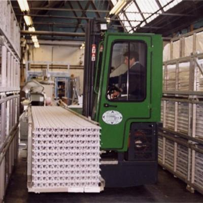 Combilift C2500 transportiert Kunststoffprofile